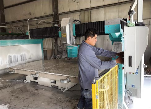 Novus Building's Marmo Meccanica HTO-R2-5A saw in action
