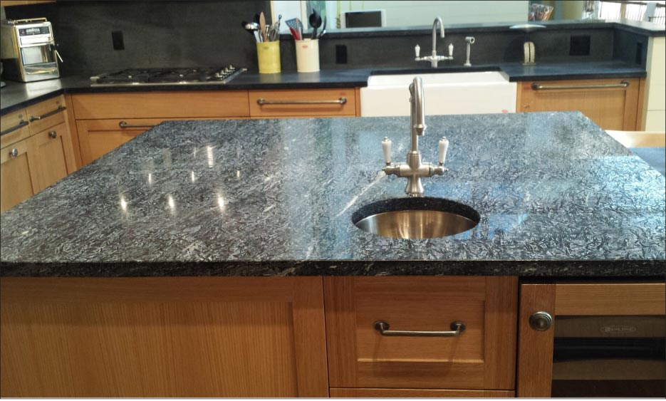 Presented over a large surface like an island and polished, the flows and crystaline patterns in Crowsfoot are some of the most beautiful seen in natural stone.